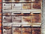 Alte Briefkästen aus Holz